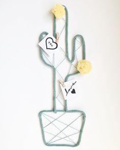 """Dos + Dos en Instagram: """"Buenos días!!!! . Que os parece este original cactus? . Lo cuelgas en la pared y dejas tus notitas escritas. . Nosotros como en casa somos…"""" Fabric Yarn, Fabric Dolls, Felt Doll Patterns, Art Fil, Spool Knitting, Creation Couture, Art Mural, Wire Crafts, Soft Dolls"""