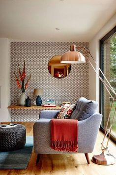 Aconchegante e contemporânea, esta sala de estar traz consigo vários truques de estilo para renovar a decoração de casa