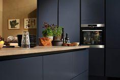 Midnatsblå | HTH Barn Kitchen, Kitchen Room Design, Modern Kitchen Cabinets, New Kitchen, Kitchen Dining, Kitchen Decor, Handleless Kitchen, Kitchen Utilities, Küchen Design