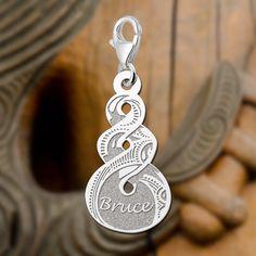 http://www.names4ever.nl/zilveren-bedel-pikorua  Zilveren bedel in de vorm van het symbool Pikorua. Dit symbool is afkomstig van de Maori en staat voor de sterkte en schoonheid van een voortdurende, blijvende vriendschap en/of liefde en vervlochten levens! Ook al raak je een geliefde uit het oog, de band is zo hecht dat jullie paden elkaar altijd weer zullen kruisen!