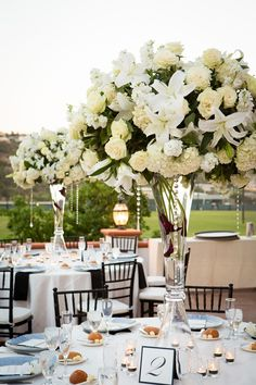 Love this black & white modern style wedding reception with a touch of elegance and romance!