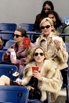Doing these six small things will make you a better friend. Carrie Bradshaw Outfits, Carrie Bradshaw Style, Samantha Jones, Sarah Jessica Parker, Film Serie, City Style, Celebs, Celebrities, 90s Fashion