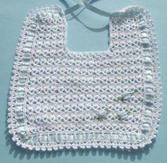 babero ganchillo niño babero hilo algodón,lazos de raso, ganchillo,flores bordadas Crochet Baby Bibs, Crochet Fabric, Free Crochet, Crochet Patterns, Yarn Crafts, Baby Dress, Smocking, Baby Shoes, Knitting