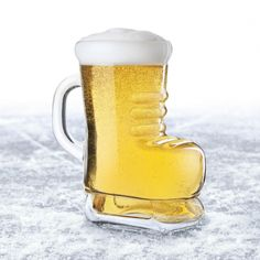 Cheer on your favourite team with this skate beer mug. The glass holds up to 30 oz (900 ml) of your favourite brew.  Beer Boot, Safe Glass, Glass Beer Mugs, Bandy, Mixed Drinks, Ice Skating, Brewing, Tableware, Boots