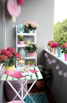 Einmal alles in Pastell, bitte! {DIY-Balkon-Umstyling mit der Gartenhortensie} With this balcony you can just get a good mood. >> Creative DIY balcony in pastel colors with ideas to make your own Small Balcony Design, Tiny Balcony, Small Balcony Decor, Balcony Ideas, Apartment Balcony Decorating, Apartment Balconies, Interior Garden, Home Interior Design, Simple Interior