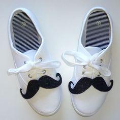 Decora tus zapatillas o las de tus pequeños con bonitos y tiernos bigotes de fieltro....