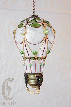 Dekorative Ornament Frost weiß gebeizt Glas Glühbirne Heißluftballon mit grünen Cabochons Urlaub Weihnachten