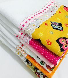 pano-de-prato-barrado-promocao-cada-cha-de-cozinha Dish Towels, Tea Towels, Sewing Crafts, Sewing Projects, Bazaar Ideas, Patchwork Bags, Sewing Table, Hot Pads, Towel Set