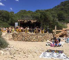 7 cose divertenti da fare a Ibiza in una  vacanza e in un weekend? Dici Ibiza e pensi a divertimento 24 ore su 24, musica, discoteche, paparazzi e gente che ama farsi ammirare. Dici Ibiza e pensi a hippie, anni Sessanta, fiori, colori, mercati. Dici Ibiza e pensi a leggende, misteri, energia, spiritualità. Immagina 7 cose divertenti da fare a Ibiza senza ubriacarsi.  Cala Llonga #LessIsSexy #Travel #Lifestyle #Ibiza