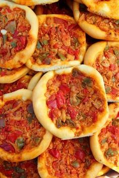 This Spanish version of pizza is particularly popular in the Catalonia region of the country. This p... - FOODSTUFF / Alamy