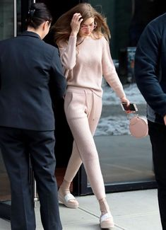 It's all coming up rosy: Gigi Hadid was spotted leaving her New York City ap. - It's all coming up rosy: Gigi Hadid was spotted leaving her New York City ap. Casual Chic Outfits, Casual Bags, Dress Casual, Look Fashion, Street Fashion, Fashion Models, Winter Fashion, Fashion Outfits, Milan Fashion