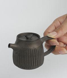 Soy sauce pot by Kenichi Oe. 醤油差し | 大江憲  http://www.analoguelife.com/html/products/utsuwa/prod_U_82_2.html