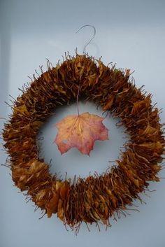 Kranz aus Laub Sweet Home, Diy Crafts, Wreaths, Autumn, Halloween, Tricks, September, Flowers, Fall Leaves