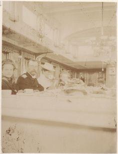 Grã-duquesa Tatiana Nikolaevna, com seu pai o Tsar Nicholas II, sua mãe a Tsarina Alexandra Feodorovna,e sua irmã a Grã-duquesa Olga Nikolaevna, a mesa do café, em 1908. Grand Duchess Tatiana Nikolaevna, with his father the Emperor Nicolau II, his mother Empress Alexandra Feodorovna, and his sister Grand Duchess Olga Nikolaevna, the coffee table in 1908.
