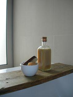 Recette shampooing maison : Huile d'olive -1 œuf - Jus de citron - Vinaigre de cidre. Dans un mixeur ou au fouet, combiner 1 once d'huile d'olive, l'œuf, 1 cuillère à soupe de jus de citron et 1/2 cuillère à café de vinaigre de cidre. Remplir dans une bouteille en verre vide. Massez le mélange sur votre cuir chevelu, ainsi que des racines à la pointe. Rincer à l'eau tiède puis froide.