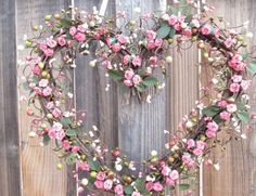 Se você é noiva, gosta de cor de rosa e quer usar essa cor na decoração do casamento, mas de um jeito menos óbvio, que tal combinar a cor com elementos rústicos?