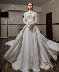 Bodice stiff and shaped, trail made of same material, under trail separate and chiffon / silk / gauze material Pretty Wedding Dresses, Pretty Dresses, Beautiful Dresses, Wedding Gowns, Royal Dresses, Prom Dresses, Mode Lolita, Fantasy Dress, Look Vintage