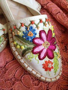 ideas for embroidery shoes diy flip flops Etsy Embroidery, Basic Embroidery Stitches, Hand Embroidery Flowers, Embroidery Monogram, Hand Embroidery Designs, Shirt Embroidery, Christmas Embroidery Patterns, Boho Shoes, Embellished Shoes