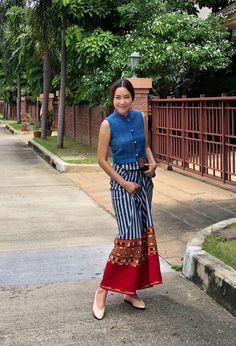 ตัวซิ่นฝ้ายคราม จ.สกลนคร ตีนจก จ.สุพรรณบุรี Myanmar Traditional Dress, Thai Traditional Dress, Traditional Outfits, Thai Fashion, Modest Fashion, Fashion Outfits, Dress Shirts For Women, Blouses For Women, Mode Batik