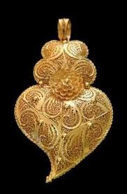Filigrana, a kind of embroidery of gold, from the north of Portugal Filigree Jewelry, Gold Jewelry, Jewellery, Folklore, Visit Portugal, Ancient Jewelry, Sacred Heart, Fashion Jewelry, Bling