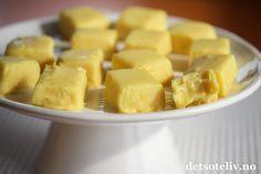 Sitronfudge er nydelige sitronkarameller som er sterkt avhengighetsskapende! Winter Holidays, Biscuits, Pineapple, Food And Drink, Pudding, Sweets, Baking, Fruit, Desserts