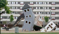 Monstrum es una empresa danesa que diseña parques infantiles de lo más originales y divertidos. Sus creaciones se enfocan en el diseño, la seguridad y la estimulaciónPsicomotriz en los niños.Si tienes la oportunidad de viajar a Dinamarca o Suecia con los niños, busca uno de estos parques infantiles en la zona donde te encuentres porque seguro que merece la pena la visita!