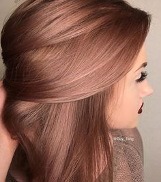 Rose gold hair color ideas for blonde, brown and red hair. Best tutorial and photos with rose gold hair color. Cabelo Rose Gold, Gold Hair Colors, Hair Colours, Hair Colors For Fall, Hair Colour Ideas, Metallic Hair Color, Hair Color Ideas For Brunettes Short, Rose Gold Hair Colour, Hair For Fall