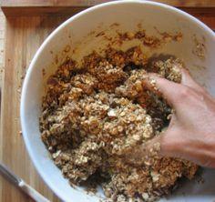 Ha muszájból sem szeretnél fűrészpor ízű szorbitot, maltodextrint, glükóz-fruktóz szörpöt, citromsavat, cukrot a köbön, keményített növényi zsírt és egyéb kutyafüléket megenni és a gyermekeddel megetetni vagy a vállalható müzliszeletek kezdő 400 forintos darabárától egy igen dühös mókussá változol,… Izu, Cookie Recipes, Oatmeal, Paleo, Gluten Free, Healthy Recipes, Cookies, Breakfast, Food