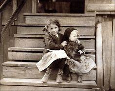 Η μικρή Τζούλια φροντίζει το μωρό στην Αλαμπάμα (1911) Οι υπόλοιπη οικογένεια δουλεύει σε εργοστάσιο