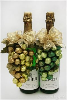 This is clever and eye-catching, very cool. I'd use Ferrero Roche chocolates. A little more expensive but a great gift for a special occasion. Wine Bottle Crafts, Bottle Art, Diy Christmas Gifts, Christmas Decorations, Chocolate Flowers, Candy Crafts, Candy Bouquet, Chocolate Gifts, Wine Gifts
