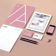 Diseñamos la imagen corporativa de Ana LLopis Psicóloga, en Alicante, desde la creación de la marca y sus normas de aplicación, así como la papelería, la puesta punto de sus Redes Sociales y su web corporativa