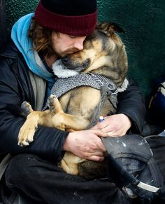the dogs are friends, angels . I Love my Dog and I always be thankful with him Love My Dog, Puppy Love, Puppy Pics, Cute Baby Animals, Animals And Pets, Funny Animals, Homeless Dogs, Homeless People, Man And Dog