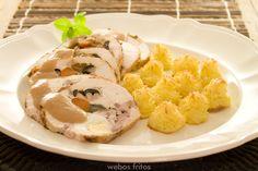 Pollo relleno con salsa de membrillo.