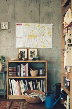 parede de concreto queimado + mapa + mini-estante de madeira com livros #decor #detalhes #details