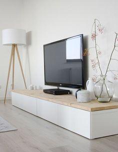 lage witte tv kast, Besta van Ikea met een houten plank erop