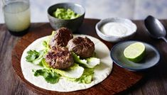 Whip up a quick beef wrap with zesty guacamole for a tasty supper. Making your own guacamole is super easy and a handy thing to prepare for an evening with friends. Wrap Recipes, Beef Recipes, Simple Recipes, Easy Weeknight Meals, Easy Meals, My Favorite Food, Favorite Recipes, Beef Wraps