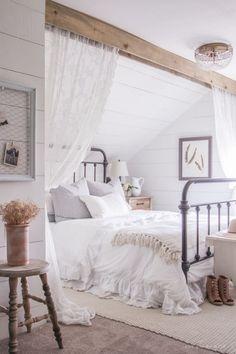 Białą sypialnię na poddaszu urządzono w przytulnym i romantycznym stylu. Drewno dodaje wnętrzu naturalności. Aranżacja...