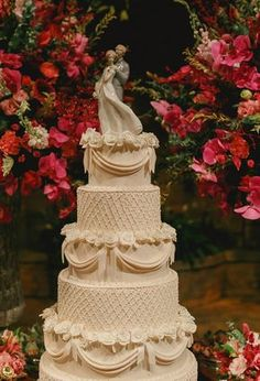 Bolo de casamento clássico noivinhos de porcelana Lladró  ( Bolo: Lamego Doces   Foto: Thiago Bertulino )