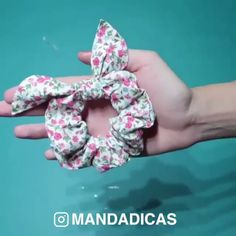 diy hair scrunchies By: mandadicas Diy Hair Scrunchies, Diy Hair Bows, Making Hair Bows, Diy Love, Sewing Headbands, Diy Crafts Hacks, Techniques Couture, Diy Couture, Diy Headband