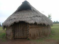 La ruka (casa) mapuche, en Chile, es la estructura que sirve de base. Ruka cultural, ruka pedagógica, ruka comunitaria, etc. Chile, Blooming Flowers, Entrance Doors, Gazebo, Architecture Design, Grass, Outdoor Structures, Patagonia, Mud