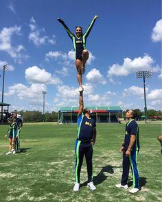 """""""A melhor parte de ser cheerleader é poder superar todos os seus medos, desbloqueando novas habilidades a cada treino e sendo capaz de confiar a sua vida nas mãos de outra pessoa,"""" conta Luiza de Carvalho Brasiel (@luliscarvalho), atleta de 21 anos da seleção brasileira de cheerleading, que mora em Brasilia. Tudo começou com sua admiração pela cultura pop americana: """"Aqueles filmes americanos de high school sempre colocam na nossa cabeça que ser cheerleader é algo sensacional. E hoje eu…"""