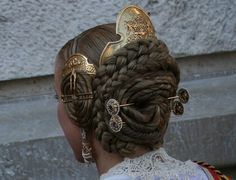 The full set of fallera valenciana includes a large comb and two small brass pushed aside assorted combs, pins to secure the braided hair of macaroons and two double ended rods decorated with rhinestones that slide across the bun. Dress Dior, Hair Reference, Hair Ornaments, Hair Art, Headdress, Braided Hairstyles, Fantasy Hairstyles, Wedding Hairstyles, Updo Hairstyle
