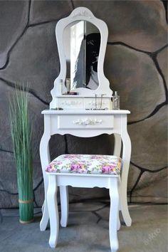 toaletni kosmeticky stolek se zrdcadlem a taburet