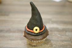 Rezept: Halloween Cupcake mit Hexenhut Halloween Cupcakes, Desserts, Food, Chocolate Pies, Bakken, Recipies, Tailgate Desserts, Deserts, Essen
