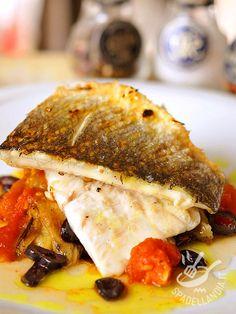 Baccalà al forno con melanzana pomodori e olive: un piatto tutto mediterraneo, che porta in tavola gusto e salute, grazie alle virtù del pesce.