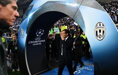 Juventus' coach Massimiliano Allegri enters the pitch prior to the UEFA Champions League round of 16 second leg football match FC Porto vs Juventus at the Dragao stadium in Porto on February 22, 2017. / AFP / FRANCISCO LEONG