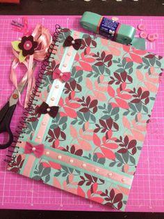 Capa de caderno forrada com tecido.