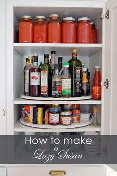 rangement du garde-manger à l'aide de carrousel Lazy Susan Diy Kitchen Cabinets, Kitchen Pantry, Kitchen Storage, Pantry Diy, Corner Pantry, Kitchen Corner, Corner Shelves, Diy Lazy Susan, Cocina Diy