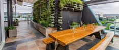 Make a Roof Garden for your Office Top Décor - Decorifusta Roof Garden Hotel, Rooftop Garden, Balcony Garden, Terrace Design, Garden Landscape Design, Roof Design, New York Rooftop Bar, Garden Cafe, Beer Garden