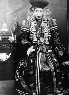 独特な民族衣装を身にまとった20世紀初頭の美しきモンゴルの女性たち - DNA
